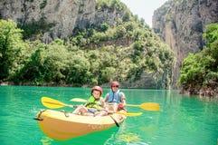 Ojciec, syn i bawimy się outdoors Drużynowe plenerowe aktywność Rodzinny Kayaking Mont-rebei wąwóz Congost de obrazy stock