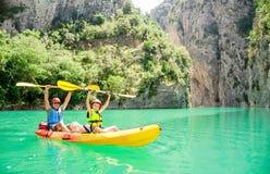 Ojciec, syn i bawimy się outdoors Drużynowe plenerowe aktywność Rodzinny Kayaking Mont-rebei wąwóz Congost de obrazy royalty free