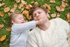 Ojciec sztuki z dziecko jesienią Zdjęcie Royalty Free
