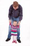 Ojciec uczy jego małej córki spacer fotografia royalty free