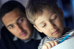ojciec uczy się syna Obraz Stock