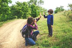 Ojciec wp?lnie i syn plenerowi fotografia royalty free