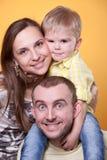 ojciec wychowywa s ramion syna potomstwa Obrazy Royalty Free