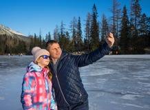 Ojciec z córką cieszy się zima wakacje Zdjęcia Stock