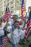 Ojciec z córką na jego brać na swoje barki protesty z setki tysięcy imigrantów w marszu dla imigrantów i meksykanów znowu Obrazy Royalty Free