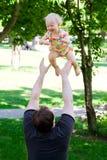 Ojciec z córką w parku Zdjęcie Stock