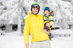 Ojciec z chłopiec podczas zima wakacji Fotografia Stock