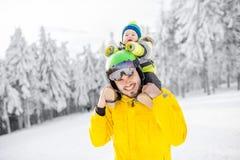 Ojciec z chłopiec podczas zima wakacji Fotografia Royalty Free