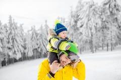Ojciec z chłopiec podczas zima wakacji Zdjęcia Stock