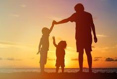 Ojciec z dwa dzieciakami chłopiec i dziewczyna bawić się przy, fotografia stock