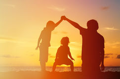 Ojciec z dwa dzieciakami chłopiec i dziewczyna bawić się przy, Fotografia Royalty Free