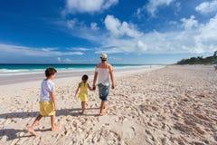 Ojciec z dzieciakami przy plażą Fotografia Stock