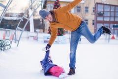 Ojciec z jego córką jeździć na łyżwach na jazda na łyżwach wewnątrz Zdjęcie Stock