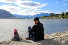 Ojciec z małą córką docenia Jeziornego Wanaka krajobraz w Nowa Zelandia obraz stock