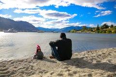 Ojciec z małą córką docenia Jeziornego Wanaka krajobraz w Nowa Zelandia zdjęcia royalty free