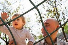 Ojciec z małym dzieckiem na lata boisku obraz royalty free