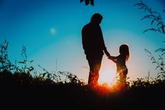 Ojciec z małym córka spacerem przy zmierzchem Zdjęcia Royalty Free
