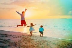 Ojciec z synem i córka cieszymy się plaża wakacje Fotografia Stock