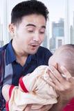 Ojciec zabawia jego dziecka w mieszkaniu Obrazy Stock