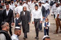 Ojcowie prowadzą synów ręką Hasidim pielgrzymi Rosh Hashanah, Żydowski nowy rok obrazy royalty free