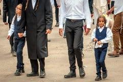 Ojcowie prowadzą synów ręką Hasidim pielgrzymi Rosh Hashanah, Żydowski nowy rok zdjęcia royalty free