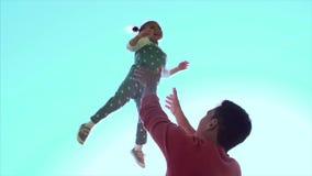 Ojcuje bawić się z córki dziewczyny miotaniem w powietrzu klamerka Szczęśliwy aktywny dziecko dzieciak Ojciec rzuca jego córki zbiory