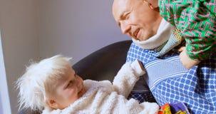 Ojcuje bawić się z jego dziećmi w żywym pokoju 4k zdjęcie wideo