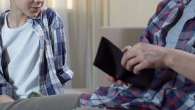 Ojcuje dawać kieszeniowemu pieniądze syn, dyskutuje rodzinnego budżet, pieniężna piśmienność zbiory