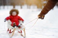 Ojcuje i jego berbecia syn ma zabawę w zima parku Fotografia Royalty Free