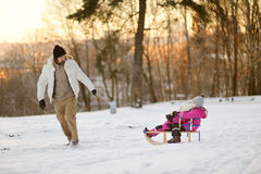 Ojcuje i jego córki ma zabawę na zima dniu Obrazy Stock