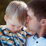 Ojcuje i jego dziecko syn ma zabawę w parku Zdjęcia Royalty Free