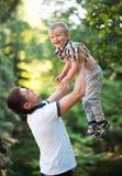 Ojcuje i jego dziecko syn ma zabawę w parku plenerowym Zdjęcie Stock