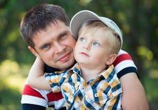 Ojcuje i jego dziecko syn ma zabawę w parku plenerowym Zdjęcia Stock