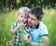 Ojcuje i jego dziecko syn ma zabawę w parku plenerowym Obrazy Royalty Free