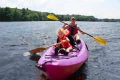 Ojciec i córka kayaking zdjęcia royalty free