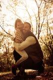 Ojcuje i jej córka cieszy się w parku i ściskać obraz royalty free