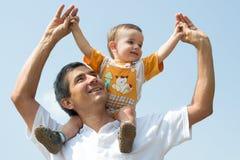 ojcuje jego małego plenerowego syna Zdjęcia Stock