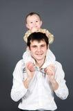 ojcuje jego mienia małych ramion syna potomstwa zdjęcia stock