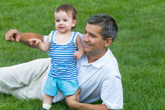 ojcuje jego parkowego syna Zdjęcia Royalty Free