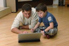 ojcuje laptopu jego syna Obraz Royalty Free