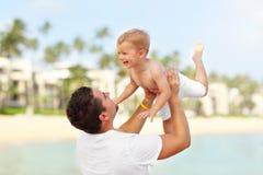 Ojcuje mieć zabawę na plaży z jego małym synem obrazy stock
