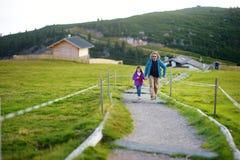 Ojcuje ond jego mała córka wycieczkuje w Południowym Tyrol, Renon/Ritten region, Włochy Zdjęcie Royalty Free