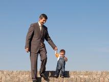 ojcuje outdoors jego małego syna Fotografia Royalty Free