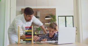 Ojcuje pomagać jego syna w pracie domowej 4k w domu zbiory wideo