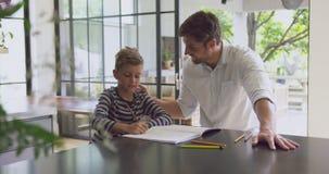 Ojcuje pomagać jego syna w pracie domowej 4k w domu zbiory