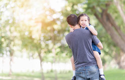 Ojcuje przewożenie i zachęca jego córki Zdjęcia Royalty Free