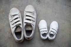 Ojcuje ` s sneakers i żartuje sneakers popiera kogoś stronę - obok - Zdjęcia Stock