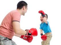 Ojcuje syn sztukę z bokserskimi rękawiczkami i żartuje Zdjęcie Royalty Free