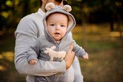 Ojcuje trzymać ślicznego małego syna w ręce obrazy stock