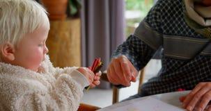 Ojcuje uczyć jego córki rysować w domu 4k zbiory wideo